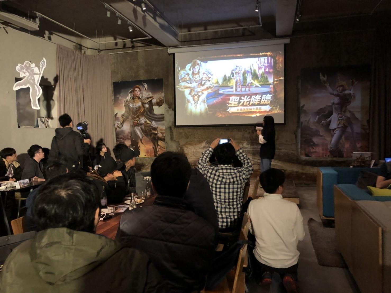 《光明之戰》開發團隊於現場解答玩家問題